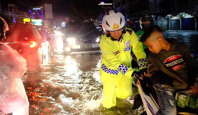 Hujan Deras, Sejumlah Jalan Tergenang Air