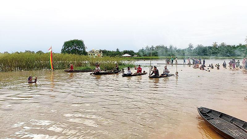 Di Tengah Banjir, Terhibur Pacu Sampan