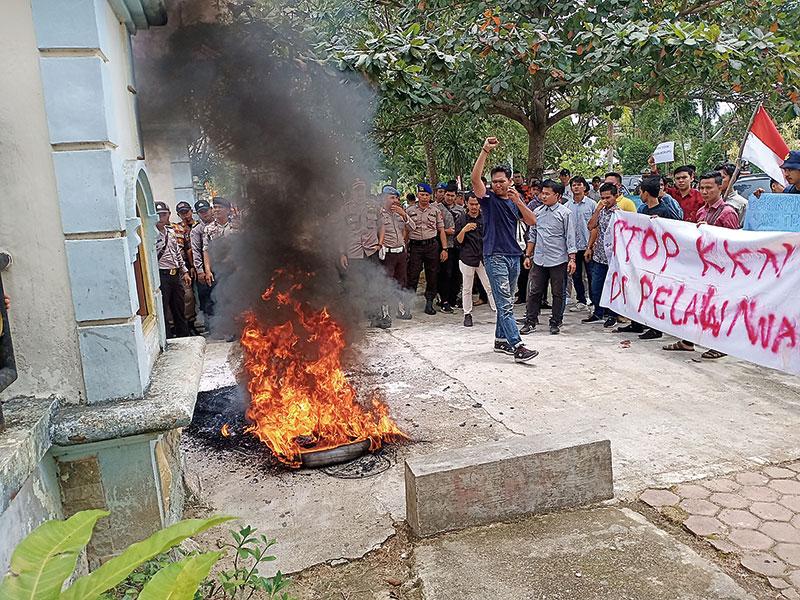 Pelantikan Dewan Diwarnai Demo