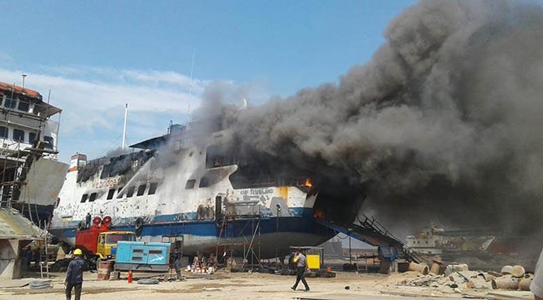 Kapal Terbakar, Tiga Orang Meninggal