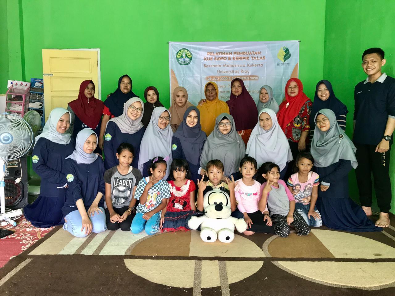 KKN Pedagogik Unri Desa Pulau Baru Gali Potensi Kue Sawo dan Keripik Talas