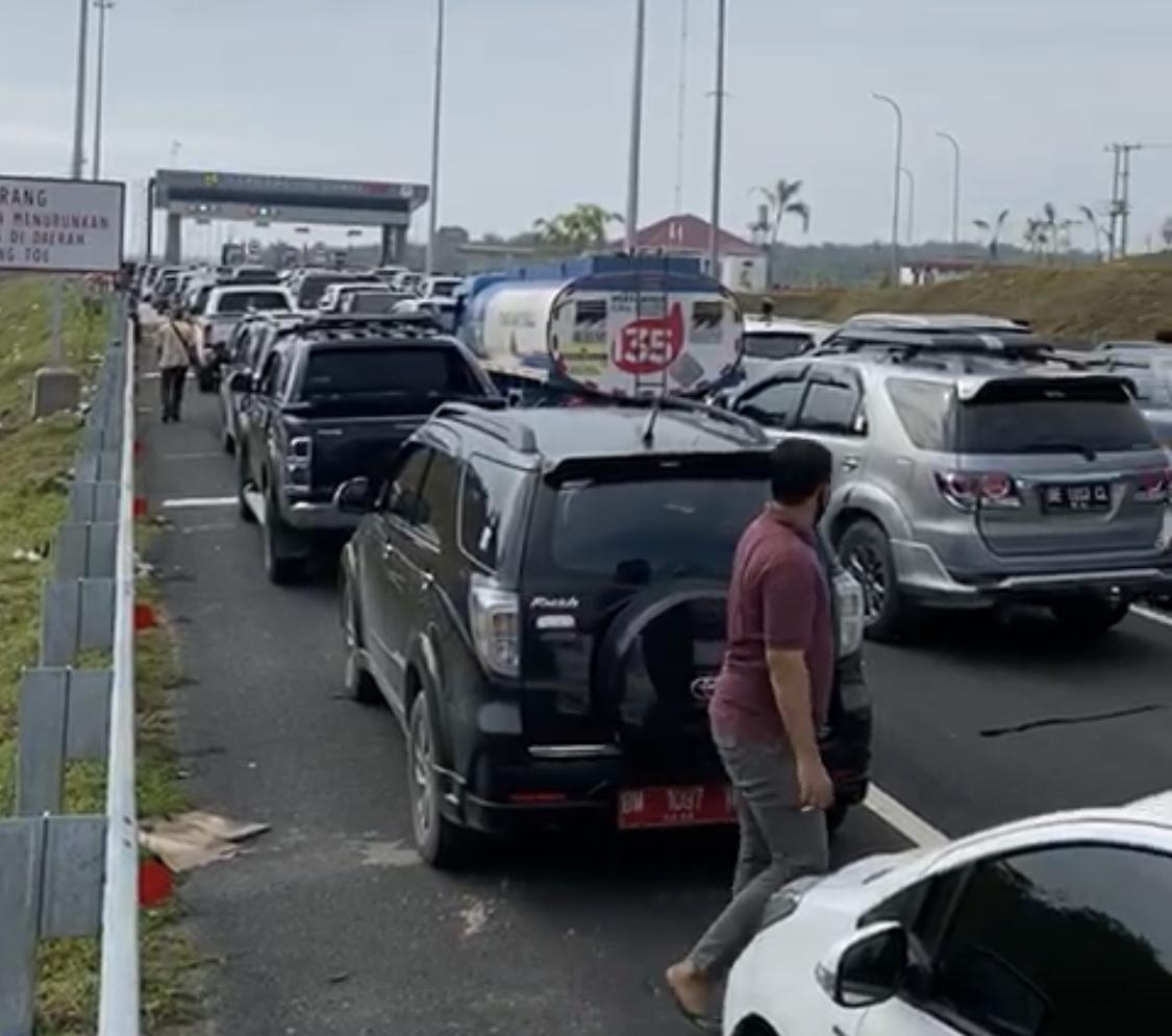 Antusias Lewat Tol Permai, Antrian Panjang di Gerbang Pekanbaru