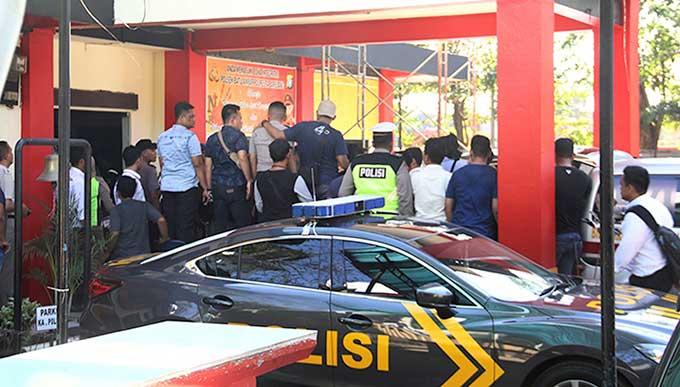 Polisi Tembak Kepala Sendiri