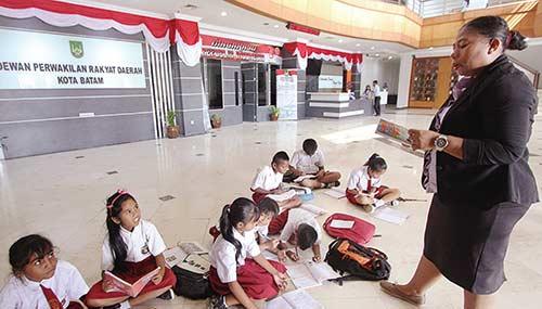 Sekolah Digusur, Pilih Belajar di Lantai DPRD Batam