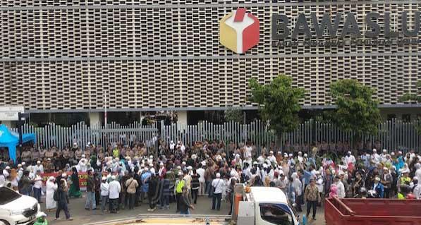 Massa Seruduk Kantor Bawaslu RI, Ini Tuntutannya