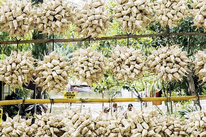 Penjualan Sarang Ketupat Daun Kapau di Kampung Bandar