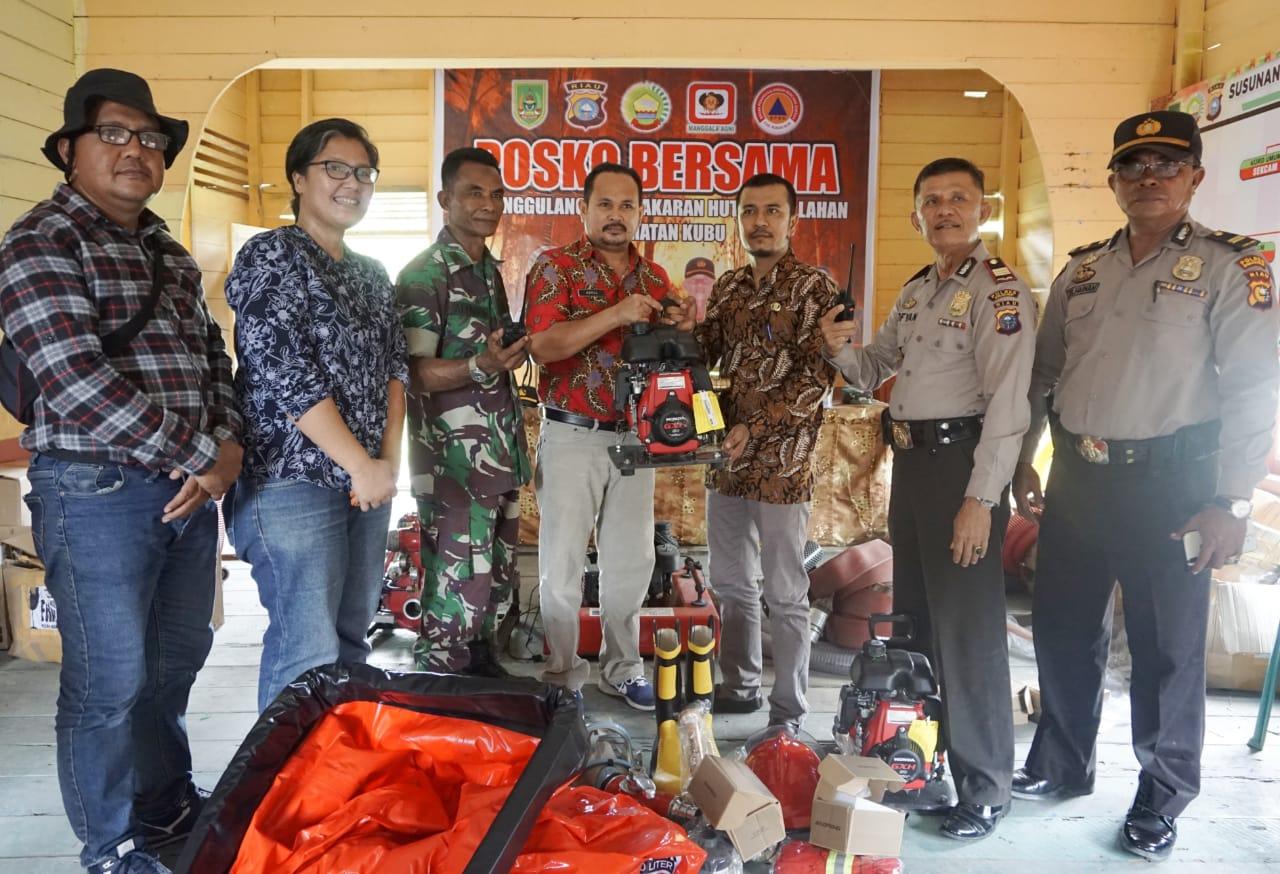 Tiga Kepenghuluan di Rohil Terima Bantuan Peralatan Damkar dari DPG Kemitraan Riau