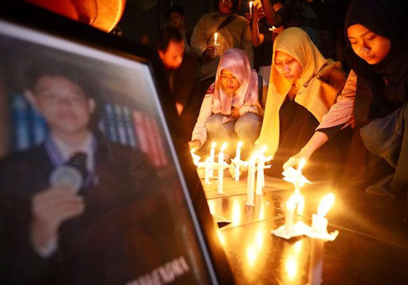 Masyarakat Gelar Malam Renungan di Gedung KPK