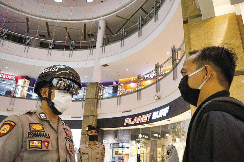 Peninjauan Pusat Perbelanjaan dengan Smart Helmet