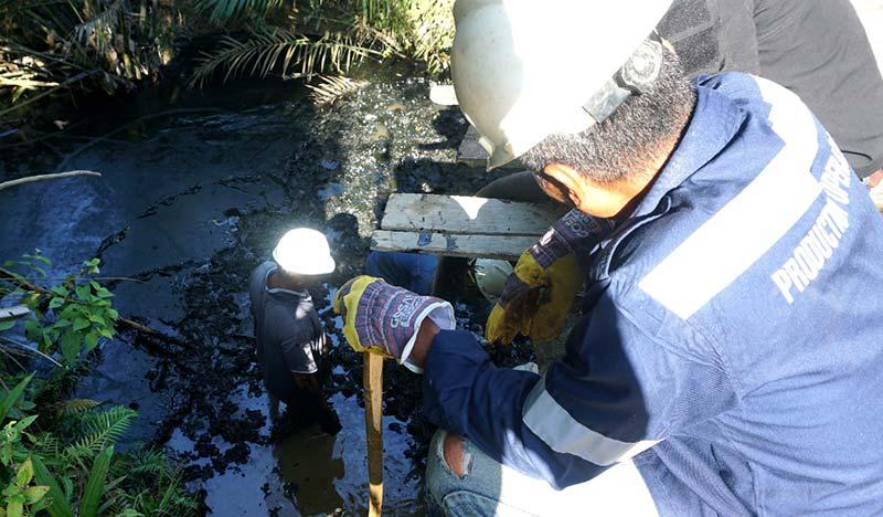 Bersihkan Tumpahan Minyak  Di Sungai Lukut