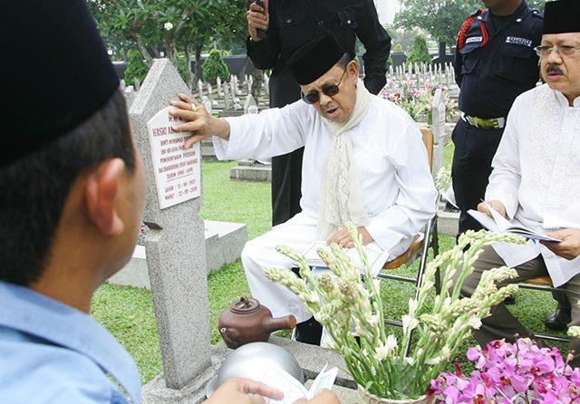 Mendiang BJ Habibie Dikebumikan Berdampingan dengan Pusara Sang Istri Tercinta