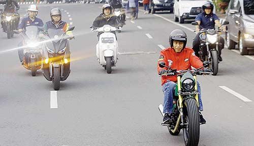 Blusukan ke Pasar, Jokowi Pakai Motor Custom