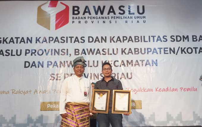 Riau Pos Terima Dua Penghargaan dari Bawaslu