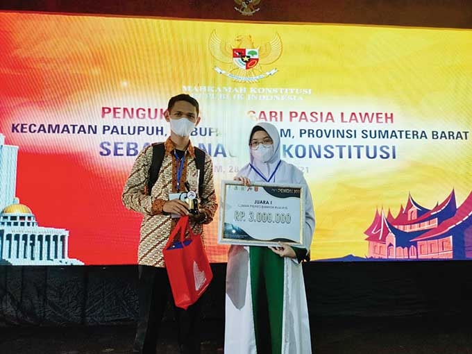 SMA Babussalam Juara I Pidato Bahasa Inggris