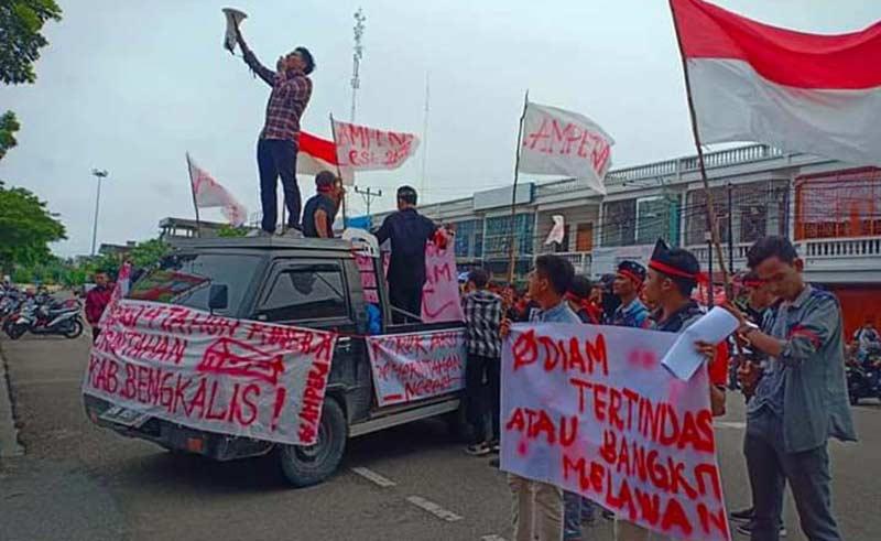 Mahasiswa Unjuk Rasa di Kantor Bupati dan DPRD