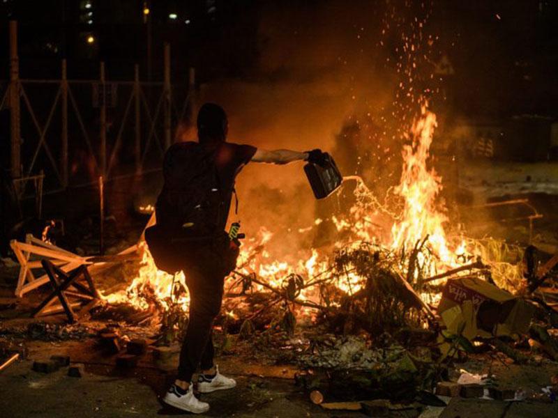 Kampus Jadi Medan Perang di Hongkong