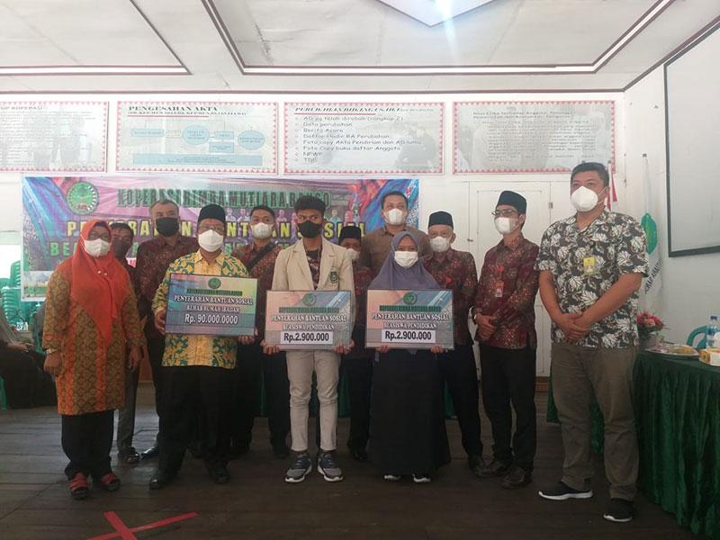 Koperasi RMB Serahkan Beasiswa dan Bantuan Rehab Masjid