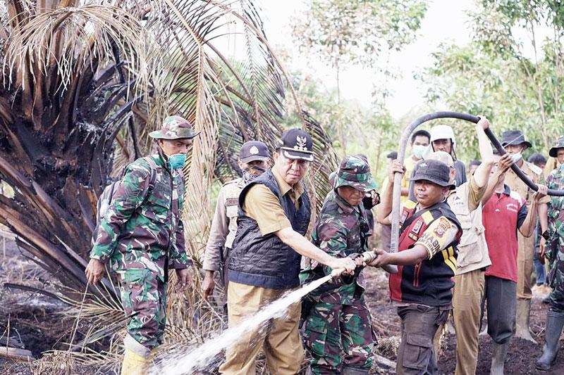 Bupati, Dandim dan Wakapolres Ikut Padamkan Lahan Terbakar