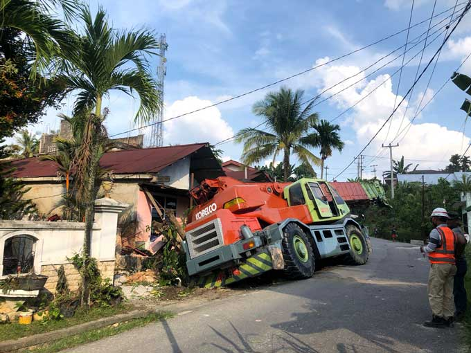 Rumah Warga Hancur Dihantam Mobil Alat Berat