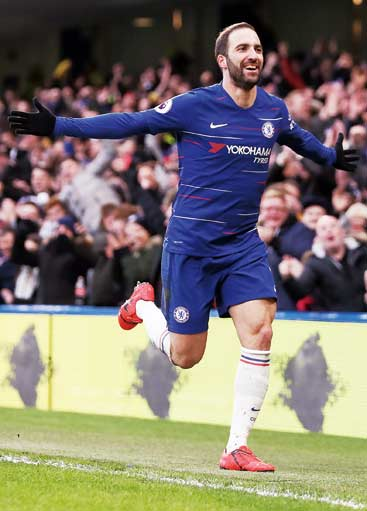 Dua Gol Higuain Menangkan The Blues