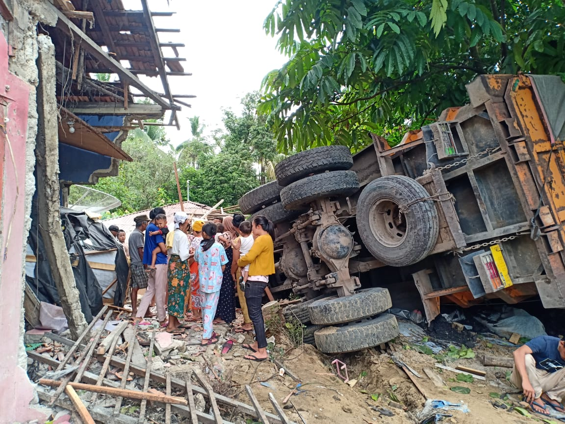 Truk Batu Bara Seruduk Rumah Warga di Kuansing