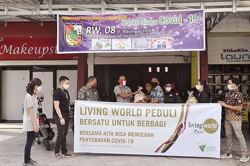 Living World Bagikan Sembako ke Warga Sekitar