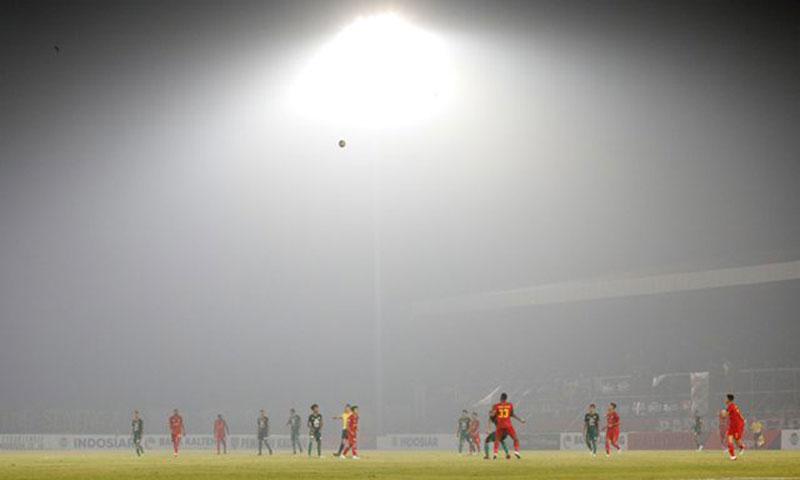 Efek Kabut Asap, Pemain Bola Serasa Berlaga di Pegunungan