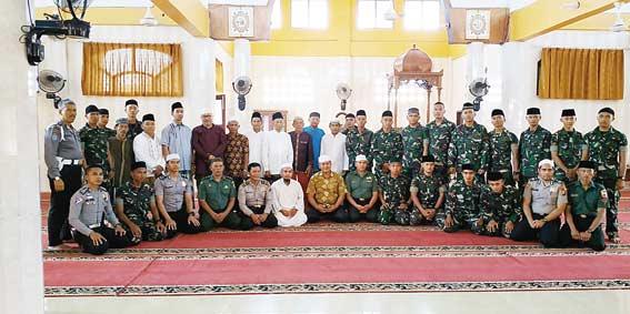 Polisi-TNI di Kampar Kompak Safari Jumat Keliling