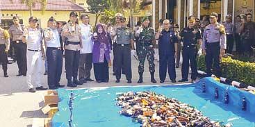 Ratusan Botol Miras Dimusnahkan