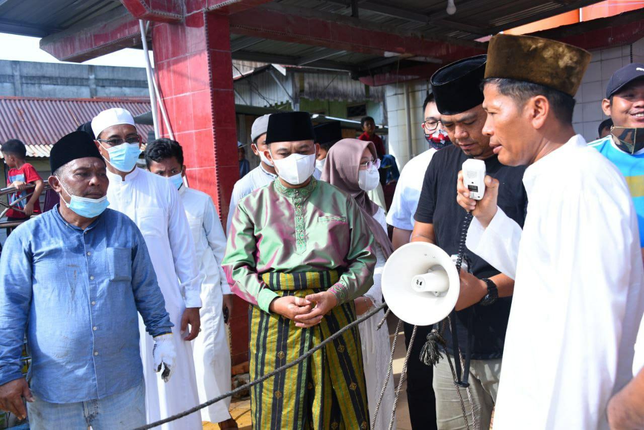 Bupati dan Wabup Bengkalis Serahkan Sapi Kurban untuk Jamaah Masjid