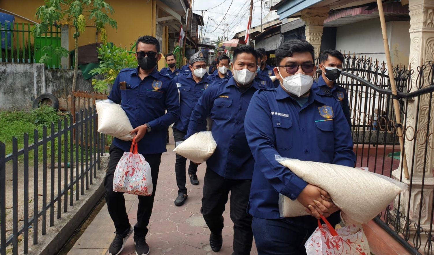 Barisan Muda Riau Salurkan Bantuan secara Door To Door ke Masyarakat