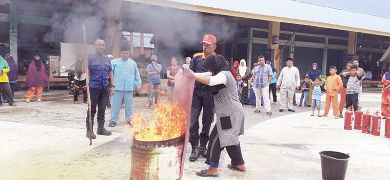 Pedagang dan Petugas Pasar Simulasi Penanggulangan Kebakaran