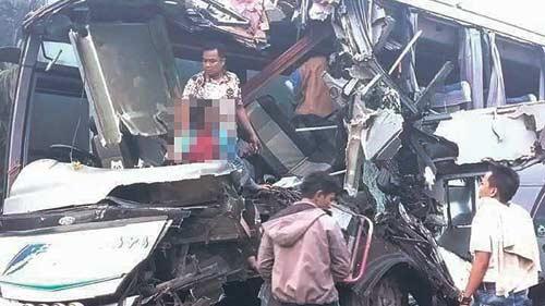 Bus Rapi Hantam Tronton Mogok, Satu Tewas