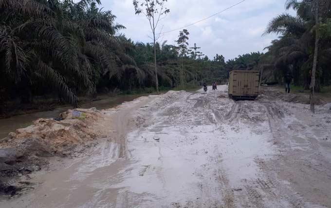 15 Km Jalan Desa Pondok Gelugur Sulit Dilalui