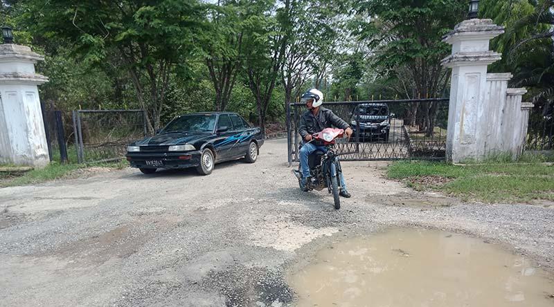 Jalan Masuk Kantor DPRD Inhu Rusak