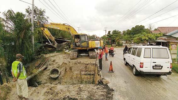 Alat Berat Diturunkan Perbaiki Jalan Rusak Sekitar Jembatan Perawang
