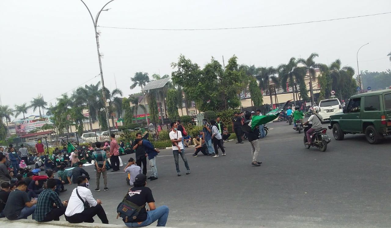 Aksi Unjuk Rasa, Massa Blokir Jalan sehingga Timbulkan Kemacetan Panjang