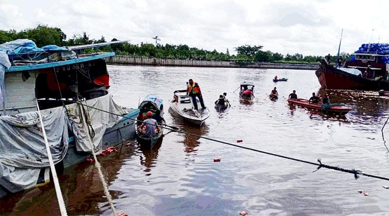 Kapal Karam, Warga Berebut Logistik di Sungai Siak