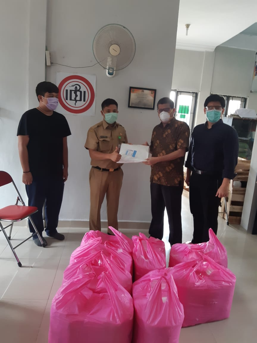 Ika SMAN Plus Donasikan Baju Hazmat ke IDI Riau