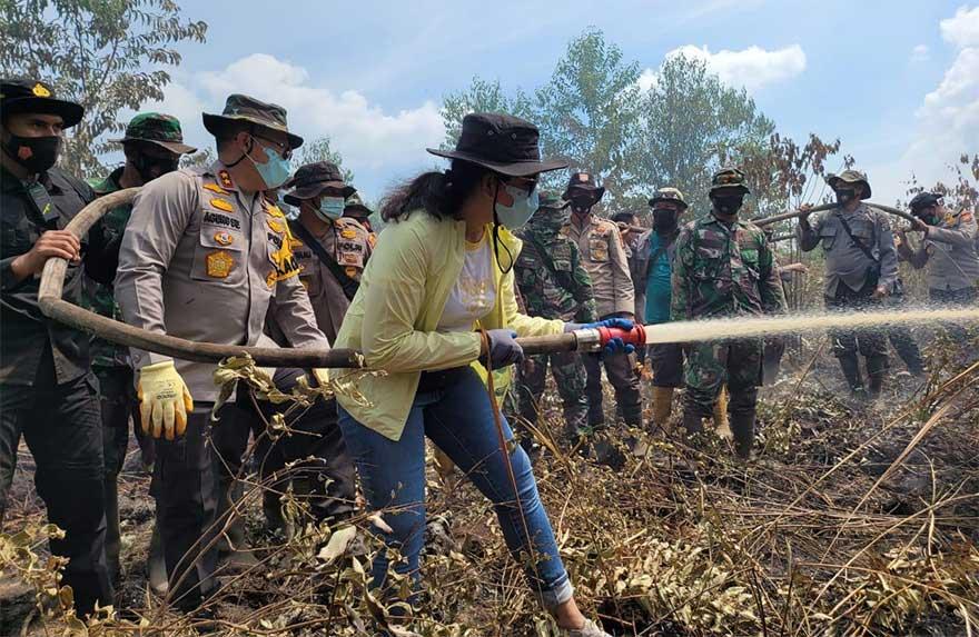 Ikut Padamkan Api Karhutla, Kapolda dan Istri Motivasi Petugas