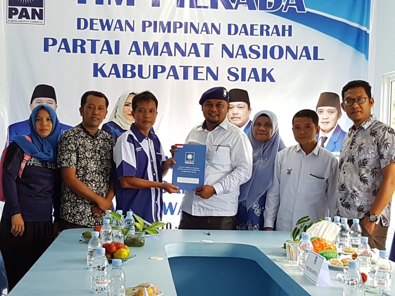 Syamsurizal Budi Serahkan Berkas Pendaftaran ke DPD PAN Siak