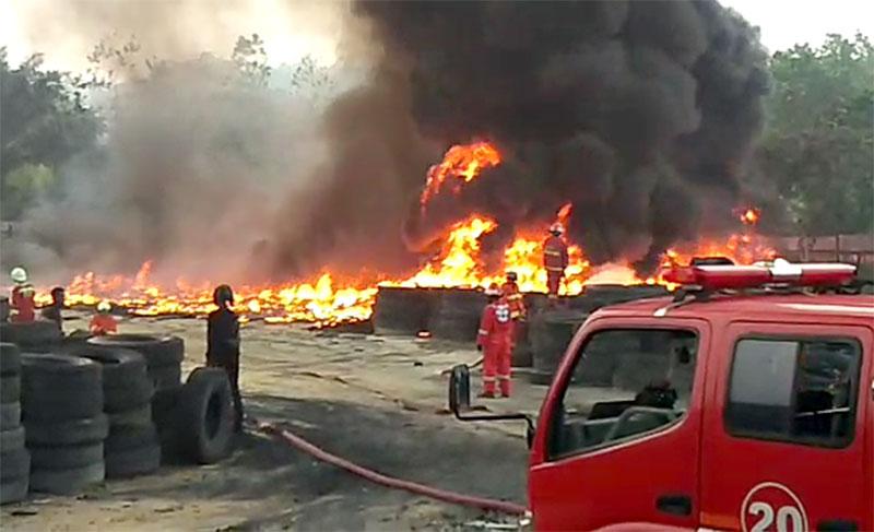 Kebakaran di Pabrik Limbah Bahan Karet