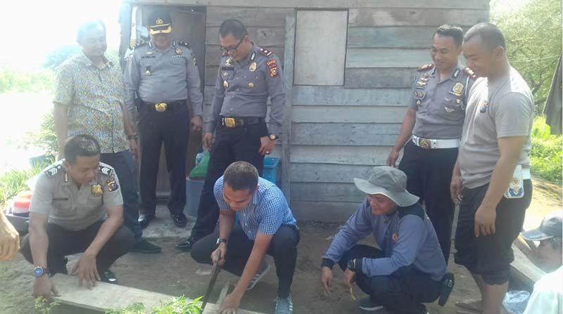 Polisi Bangun Sanitasi Rumah Nenek Supiarti