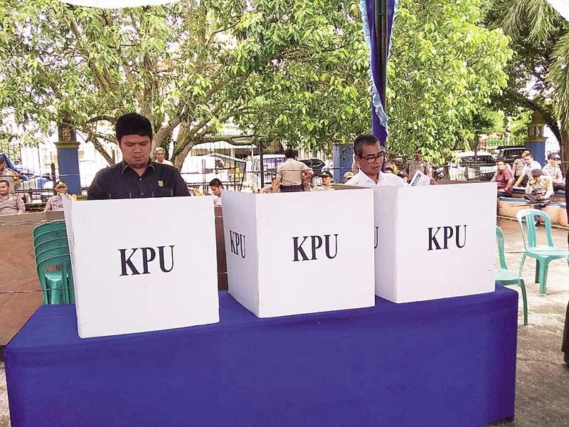 Bupati dan Ketua DPRD Coblos Surat Suara