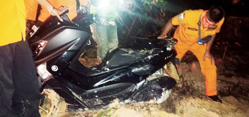 Driver Ojol Terjebak Jalan Berlumpur di Tenayan Raya