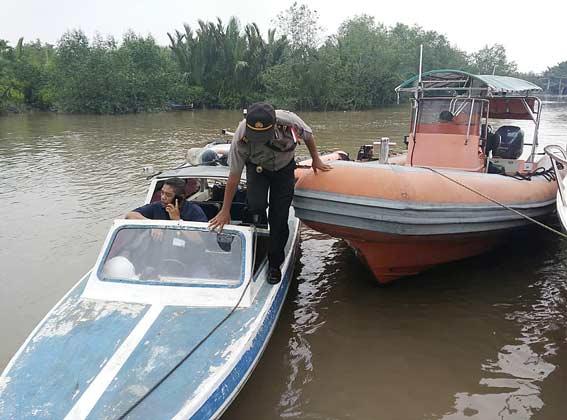 Polairud Bantu Siswa Seberangi Sungai Indragiri