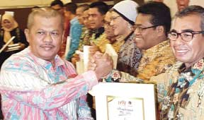 Peduli Pers, Bupati Terima Penghargaan PWI Riau