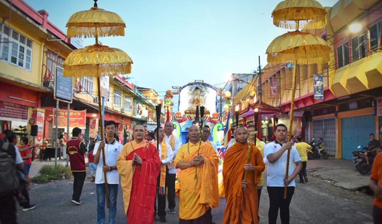 Ribuan Umat Budha Ikuti Pawai Waisak