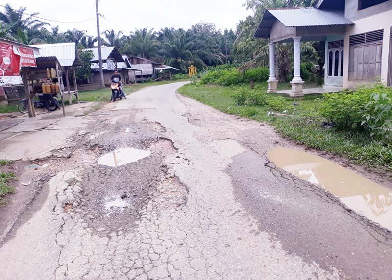 Jalan Pulau Tengah-Pulau Kumpai Rusak Parah