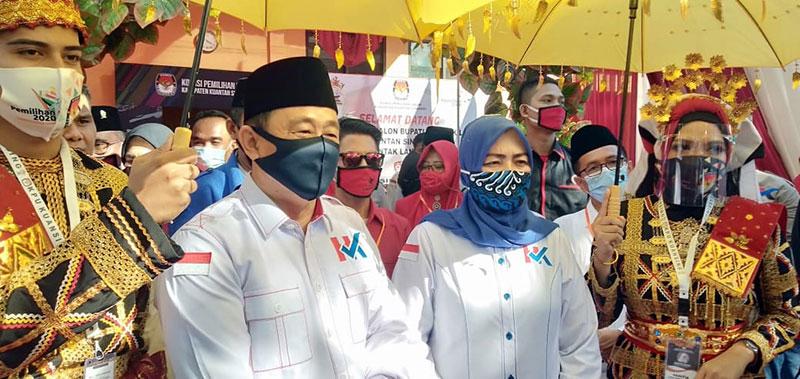 Ratusan Masyarakat Antar H Halim-Komperensi Mendaftar ke KPU Kuansing